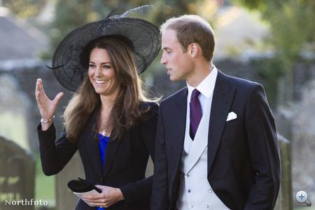 Vilmos herceg és kedvese, nem sokkal esküvőjük előtt. Kate Middleton szinte ugyanolyan kék ruhát viselt, mint később az eljegyzésén.