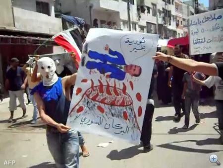 A tiltakozások során a közép-szíriai Homszban kilenc tüntető megsérült, kettő pedig meghalt, amikor a biztonsági erők éles lövedékkel kezdték oszlatni a tömeget