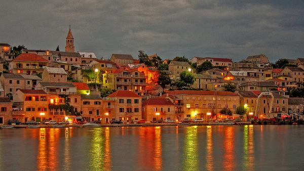 A 600 fős kis halászfalu, Povlja már csak kikötőjének étterme miatt is népszerű gasztroközpont. Fotó: mrgarris0n