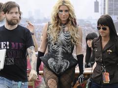 Kesha megint alaktalan, talán csak a ruha miatt