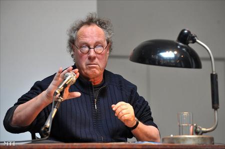 Kenedi János kutató beszél a Mágnesszalag, dossziétörvény című konferencián (fotó: Kovács Tamás)