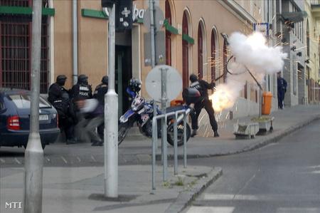 Behatolás előtt gránátot robbantanak a rendőrök (fotó: MTI)