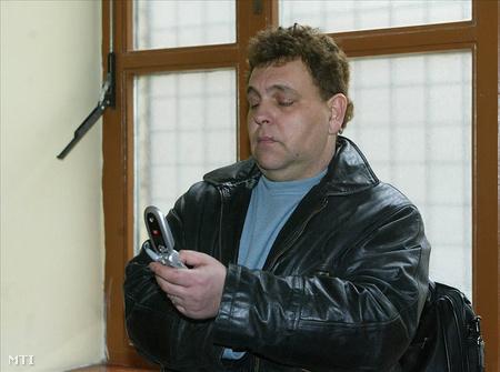 Terry Black telefonál a Fővárosi Bíróság folyosóján (fotó: Bruzák Noémi)