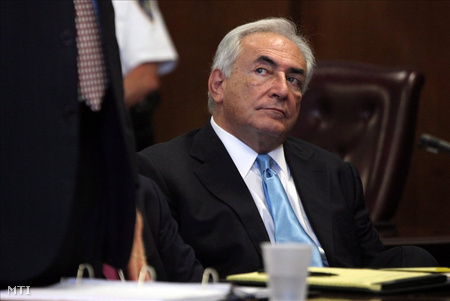 Strauss-Kahn a tárgyalóteremben