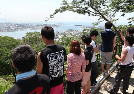 Cunami-jelzés miatt a dombra menekült helyiek