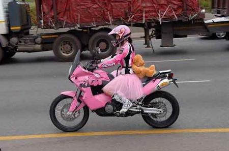 Isteni bringa, szuper a csizma, de hol a térdvédő?
