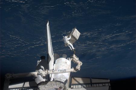 Ron Garan, az ISS űrhajósa a keddi űrsétán a RRM-t kivette az Atlantis rakteréből  (Fotó: NASA)