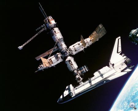 1995. július 4. Az első dokkolás a Mir űrállomáshoz. A képet a Szojuz orosz űrhajósai - Anatolij Solovjevés Nikolaj Budarin - készítették.