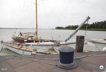 Az éjszakai szélviharban kikötésre kényszerült hajók állnak Balatongyörökön