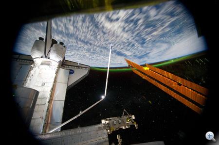 2011. július 14. A küldetés 7. napja. Csodálatos kilátás a Nemzetközi Ûrállomásból. Az Atlantis, az Atlantis robotkarja, az ISS egyik napeleme, a suhanó Föld, a csillagok és a déli fény.