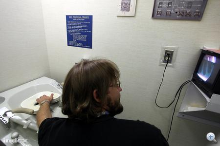 Az űrhajósoknak sokat kell gyakorolni a helyes vécéhasználatot, ebben beépített kamera segíti őket