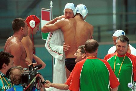 Steinmetz Barnabás, Kósz Zoltán, Märcz Tamás és Kásás Tamás, a magyar válogatott tagjai gratulálnak egymásnak, miután 16:8 arányban legyőzték Hollandia nemzeti együttesét a sydneyi nyári olimpiai játékok vízilabdatornájának B-csoportjában 2000. szeptember 24-én