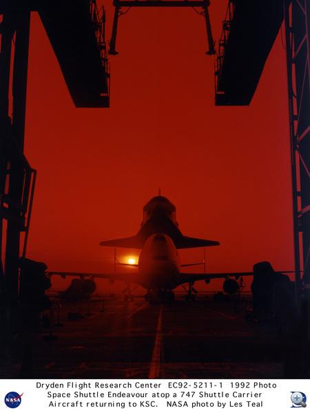 1992. május. Az első küldetésén túllévő Endeavour űrsikló az SCA-747-esre szerelve várja, hogy hazavigyék Floridába.