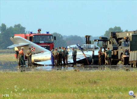 A MiG szárnyai a kifutópályának ütköztek, emiatt orrfutója leszakadt, a főfutók pedig megsérültek.