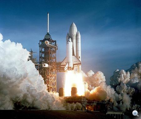 1981. április 12. Az első űrsiklóküldtés (STS-1) startja. A Columbia a 39A kilövőállásról indult, fedélzetén John Young és Robert Crippen űrhajósokkal. 54 órán át keringtek a Föld körül.