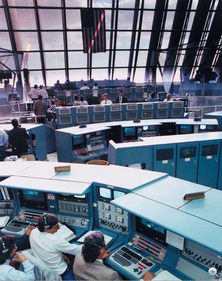 1990. április 24. STS-31: A Hubble űrteleszkóppal a rakterében úton az űrbe a Discovery (nézzünk csak ki a a Kennedy űrközpont irányítótermének hatalmas ablakán!).