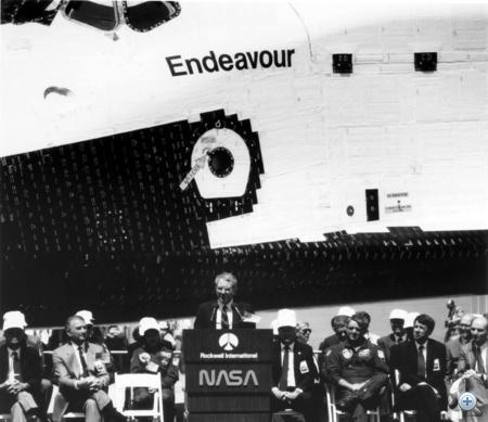 1991. április 25. Richard H. Truly NASA-főnök beszél a Rockwell gyárban, ahol ünnepélyes keretek között gurították ki az elkészült űrsiklót.
