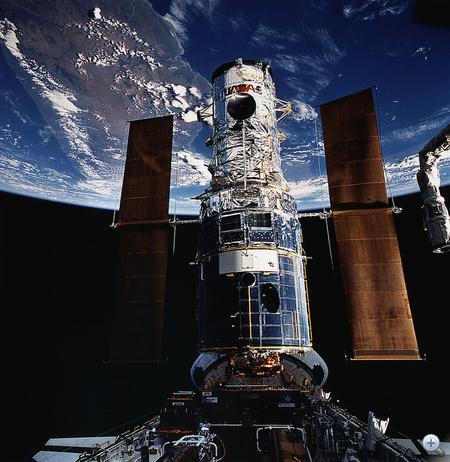 1993. december 4. STS-61: a javításhoz befogott Hubble űrteleszkóp és a Föld, egészen pontosan Madagaszkár.