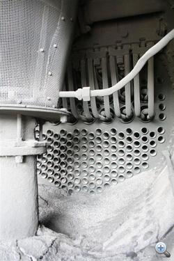Pillantás a füstszekrénybe: alul füstcsövek, fölül a túlhevítő csövei, balra a kémény alatti szikrafogó.
