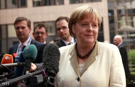 Merkel német kancellár érkezik az eurózóna kormányfőinek csúcstalálkozójára