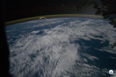 Az ISS legénysége ilyennek látták július 21-én az Atlantis utolsó útját a Földlégterében.
