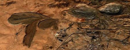 Műholdas felvétel Baotou egyik bányájáról, a kép bal oldalán a hatalmas szennyezőanyag-tárolókkal.