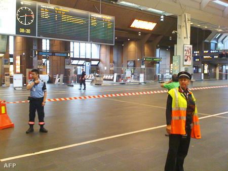 Rendőrök őrzik az evakuált pályaudvart