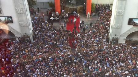 Tömegoszlatás a mozi előtt (fotó: Nick Walsh / hollywoodreporter.com)