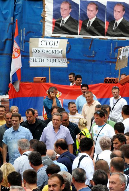 Borislav Stefanovic szerb tárgyaló a szerb Rudare faluban