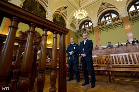Gál György elsőrendű vádlottat vezetik elő a Hunvald-ügy perének tárgyalásán
