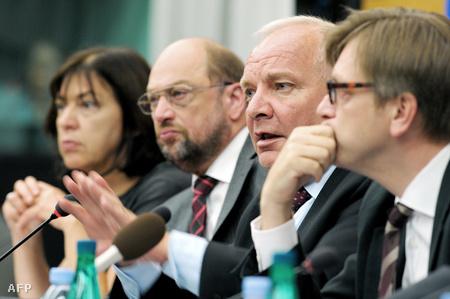 A német Rebecca Harms és Martin Schulz, a francia Joseph Daul és a belga Guy Verhofstadt egy 2010-es sajtótájékoztatón Strassbourgban
