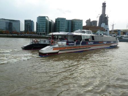 A londoni katamaránokhoz hasonló hajók szelnék a Duna hullámait is