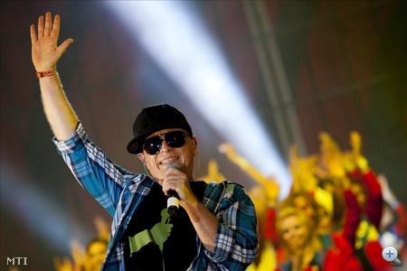 Geszti Péter szórakoztatja a közönséget a nagyszínpadon az előadóművész és zenészbarátai Gesztivál című koncertjén a Sziget fesztivál mínusz egyedik napján, a budapesti Hajógyári-szigeten 2011. augusztus 8-án.