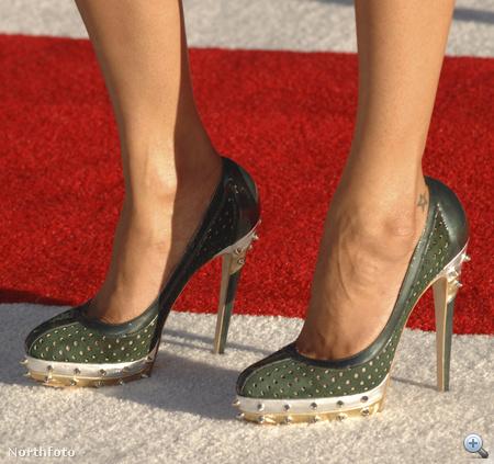 Zoe Saldana zöld, szegecses tűsarkúja közelről is szép.