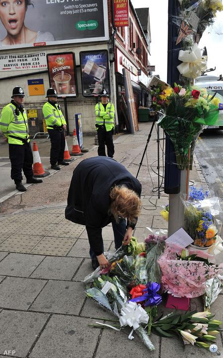 Virágok az elgázolt és sérülésébe belehalt Haroon Jahan és két társa emlékére