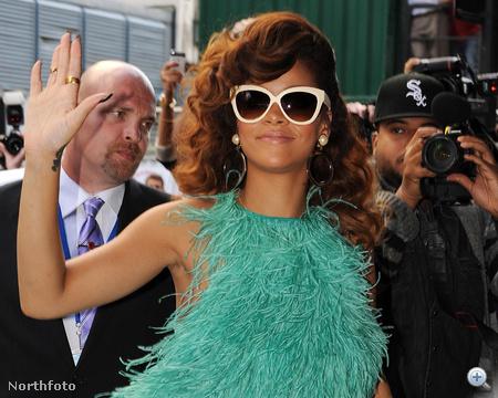 Rihanna pénteken Londonban, Rositának öltözve.