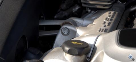 A lengéscsillapító ellenére biccentéssel köszöni meg a gázfröccsöt a V8-as