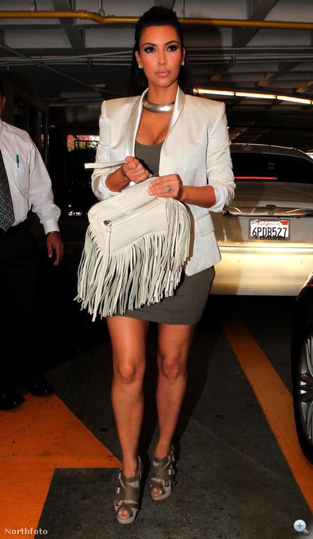 Kim Kardashian kézitáskájáról is bőrrojtok lógnak.