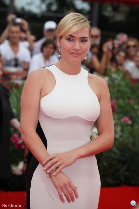 A színésznő melleit fehér betét teszi nagyobbá.