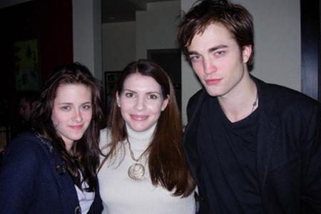 Stephenie Meyer, a Twilight trilógia szerzője a film szereplőivel. A listán a 61. helyen szerepel.