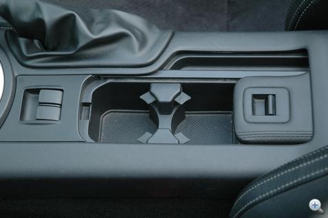 A váltó mögötti rekesz nagyon hasznos, az ablaknyitó gombokat viszont szokni kell