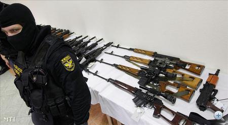 A katonai fegyverek Londonból érkeztek repülővel 2011. október 8-án a budapesti Liszt Ferenc Nemzetközi Repülőtérre