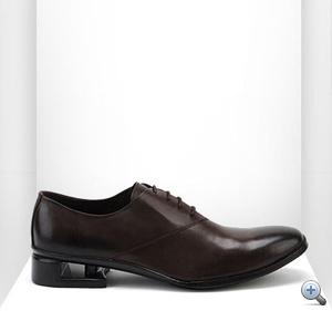 Ez pedig a legkomolyabb UN cipő, a Hollow, 105000 forintnak megfelelő euróért. A sarkát figyeljék!