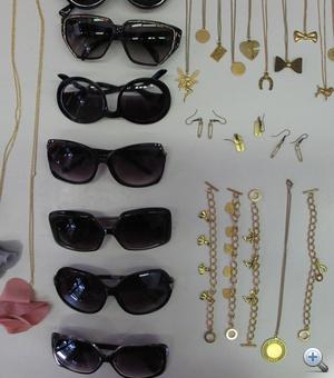 A Blackbox kiegészítői: az egyik napszemüveg már elkelt, a Velvet egyik szerzőjének tulajdonában van. Az áruk 5000 forint.