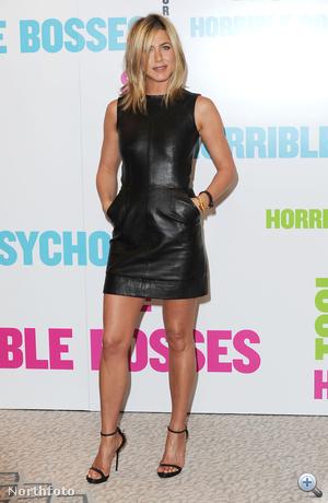 Jennifer Aniston szerint nyáron is menő a bőrruha