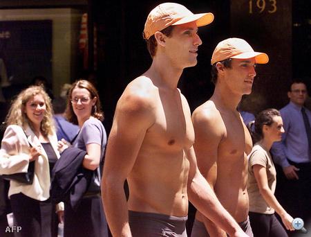 Ausztráliában ezzel szemben ilyen modellekkel népszerűsítettek egy divatüzletet a decemberi nyárban