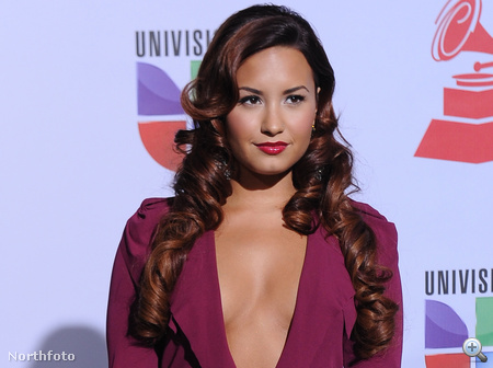 Ez már a latin grammy-kiosztó, a mellszünet körül az ott Demi Lovato