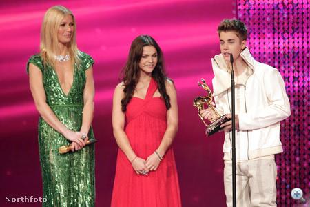 """Ez már a Bambi Awards Németországban. A jobb szélen Justin Bieber, középen """"Miss Bambi 2011"""", a bal oldalon pedig Gwyneth Paltrow magasodik föléjük"""