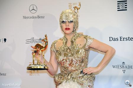 Lady Gaga a Bambi-díjkiosztó fotózásán, Bambi-díjjal, Alexander McQueenben