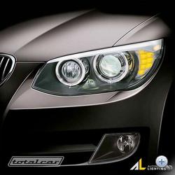 Konzervatívnak tekinthető projektoros főfény,  LED-es nappali menetfény karikával, a la BMW